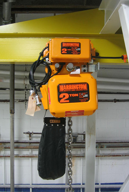 Hoist to lift bulk bag into unloader station