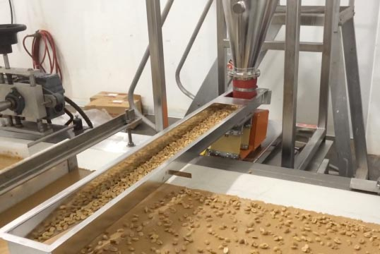 arbo vibratory feeder evenly spreads peanuts on top of peanut butter