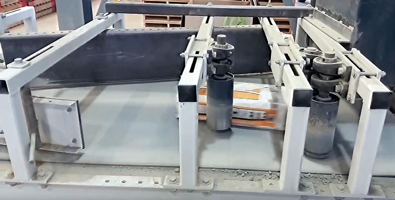 bag turning conveyor for filled valve bags of concrete or mortar mixes