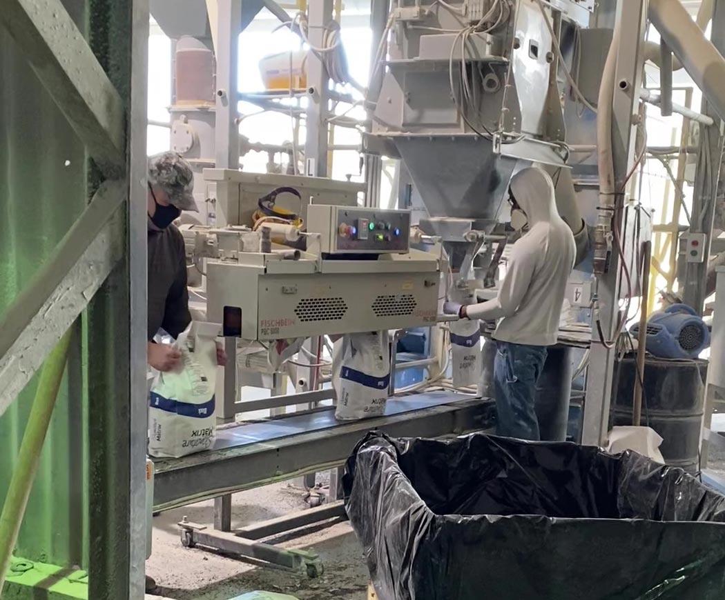 pinch bag closing system on top of closing conveyor