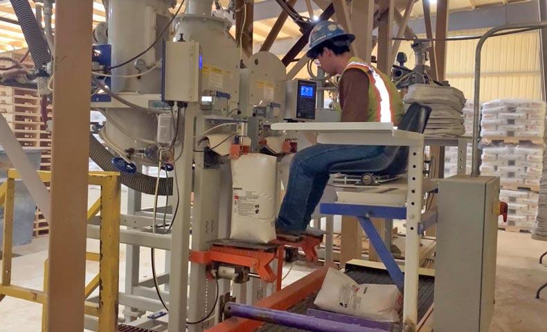valve bagging machine filling valve bags with frac sand